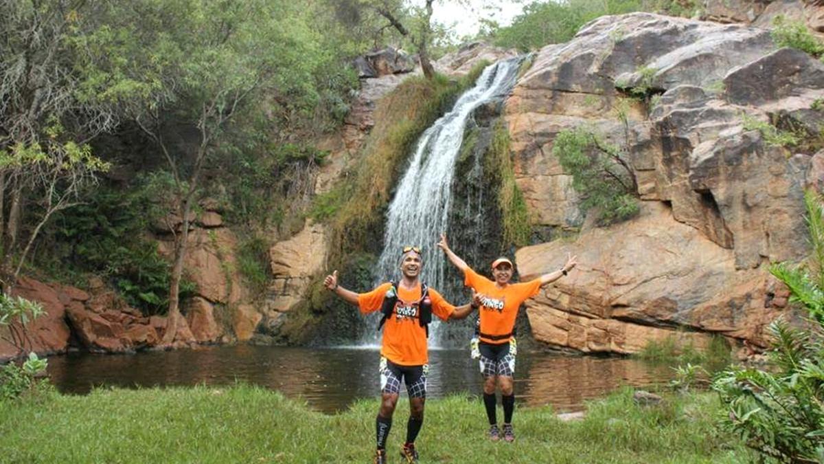 Corredores em cachoeira, durante o percurso da Xingó Trail Run